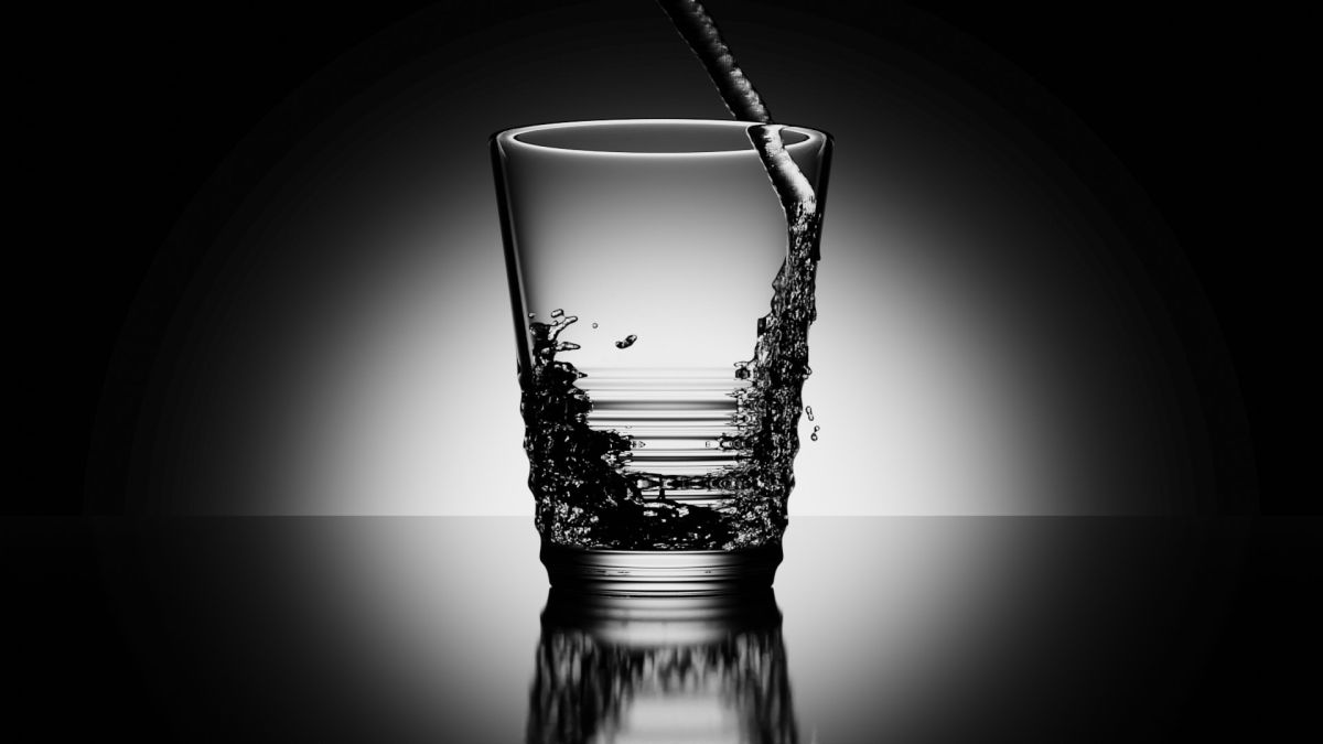 Wasserglas mit Blender erstellt. Mit Wasserstrahl von der Seite (Bild: Andreas Rabe)