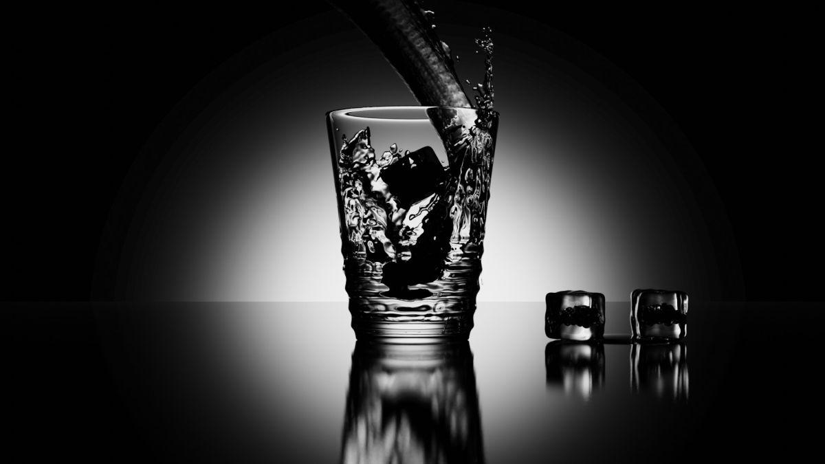 Wasserglas mit Blender erstellt. Mit Wasserstrahl und Eiswürfeln (Bild: Andreas Rabe)